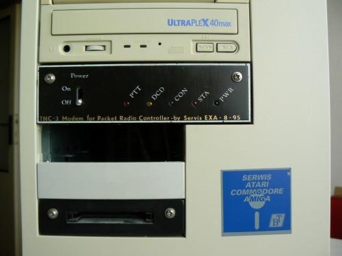 Zde na tomto obrázku je vidět ve spodní 3.5 pozici vyvedená PCMCIA.